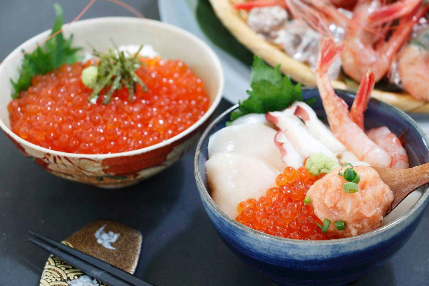 bowl_of_rice_topped_with_sashimi